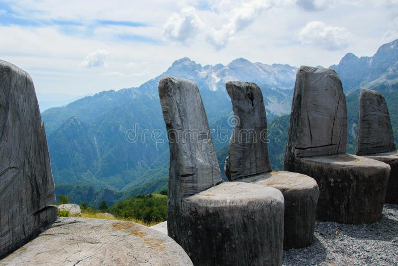 Chaises en bois antiques dans de hauts Alpes albanais photographie stock libre de droits