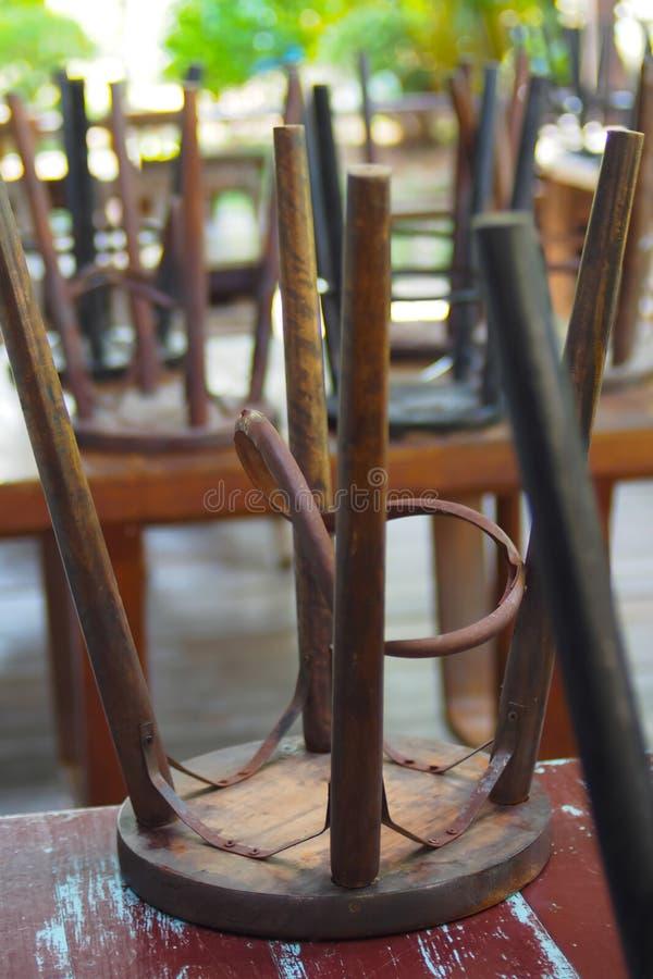 Chaises en bois avec les jambes en acier qui sont plac?es sur une table en bois image stock