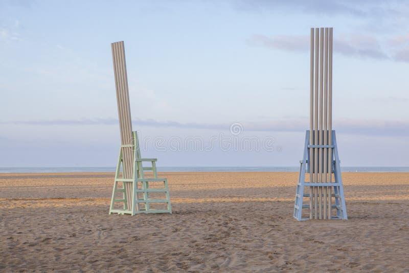 Chaises en bois colorées sur Santa Monica Beach photos libres de droits