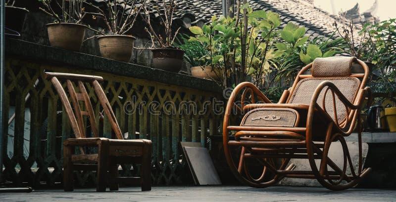 Chaises en bois de style chinois à la maison rurale photo libre de droits