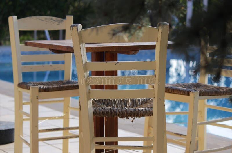 Chaises en bois par la piscine images stock