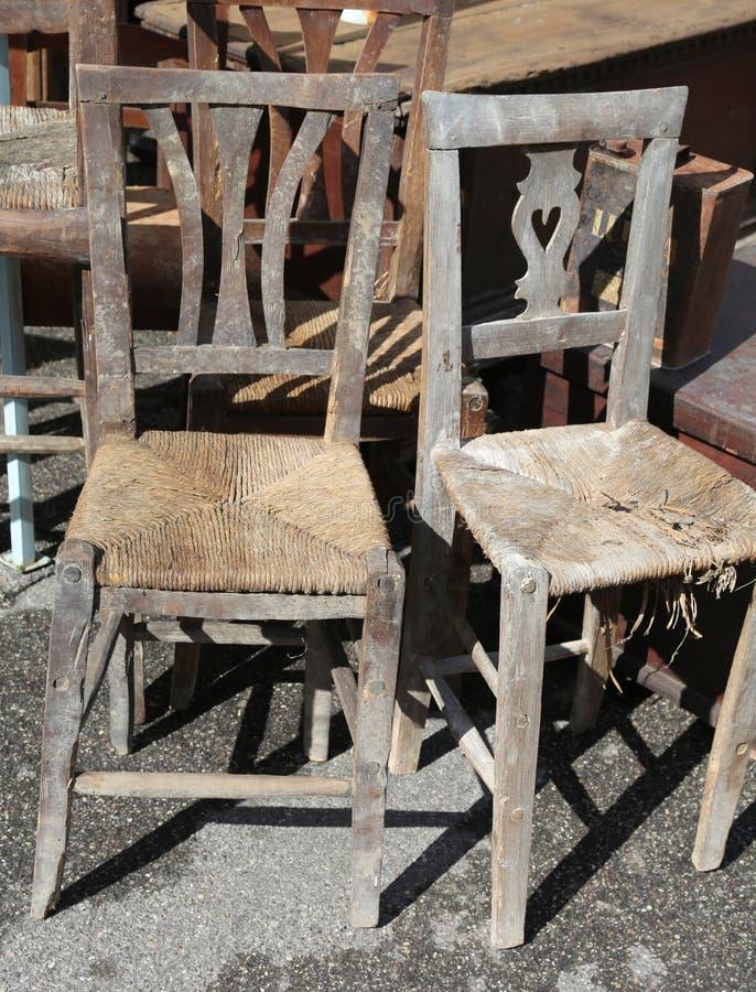 Download chaises en osier à vendre sur le marché extérieur dantiquités photo stock