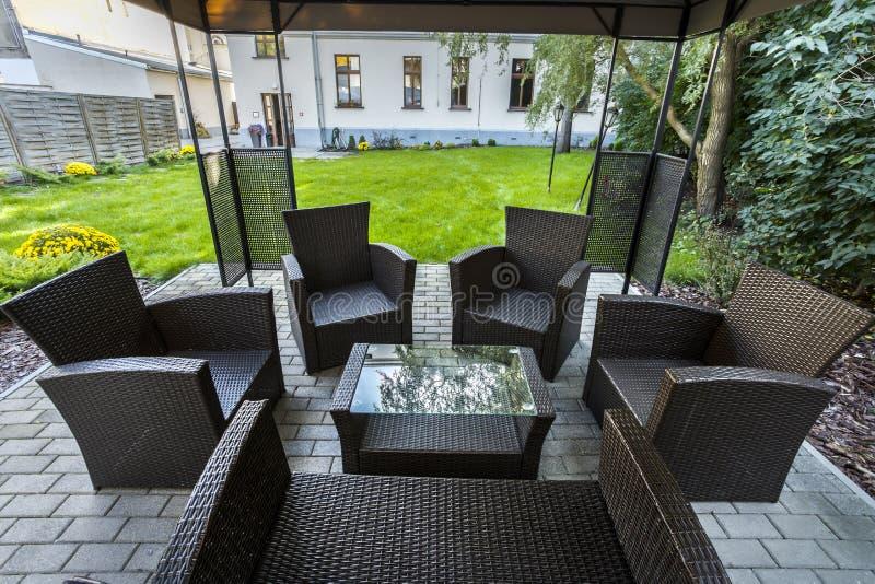 Chaises en osier sur le patio de l'hôtel photos stock