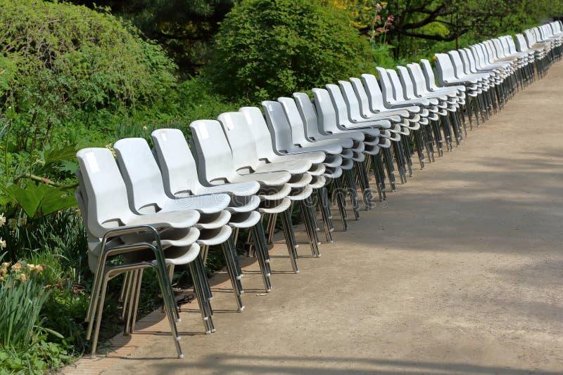 Chaises en plastique dans une rang?e images stock