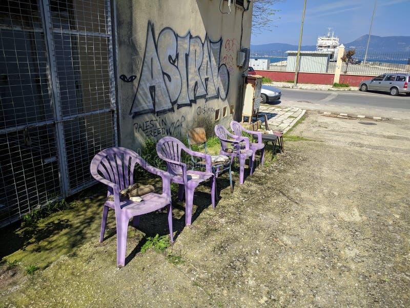 Chaises en plastique roses à côté de la rue photo libre de droits