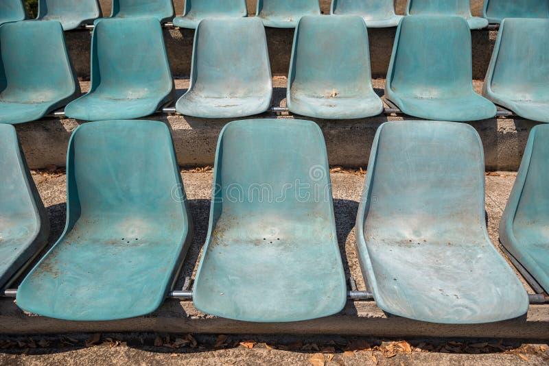 Chaises en plastique vides abandonnées à l'arène faisant face au soleil photos libres de droits