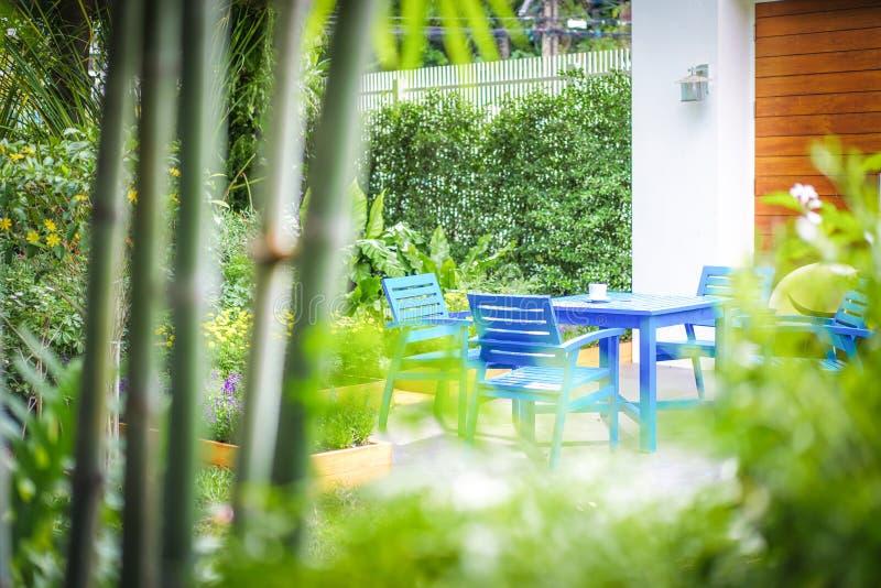 Chaises et ensemble bleus de table dans le jardin photo libre de droits
