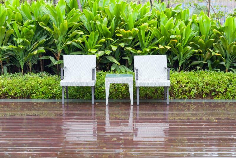 Chaises et table de rotin dans le jardin vide images libres de droits