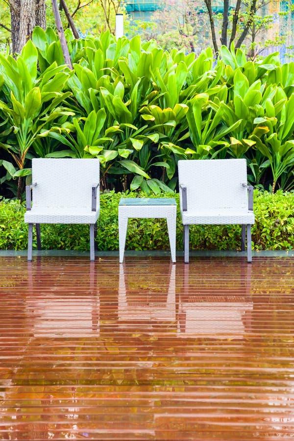 Chaises et table de rotin dans le jardin vide photo stock