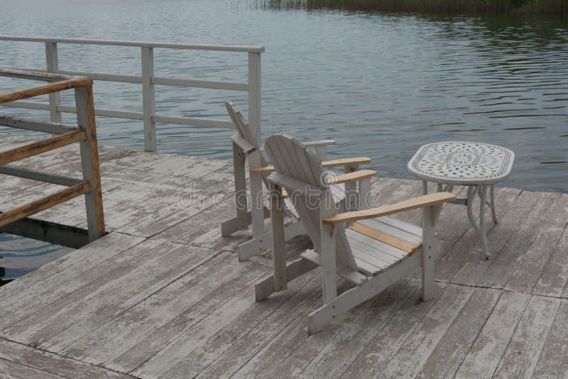 Chaises et table sur le ponton images libres de droits