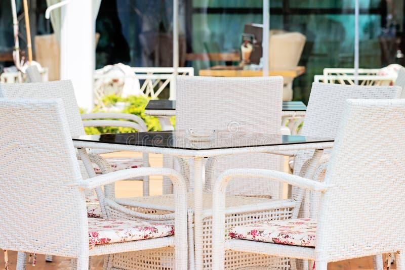 Chaises et Tableau blancs dans le restaurant photographie stock libre de droits