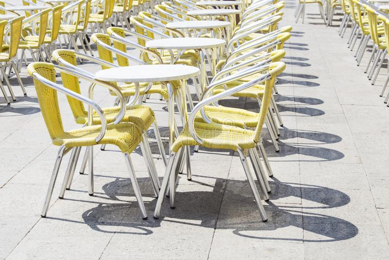 Chaises et tables de caf? images libres de droits