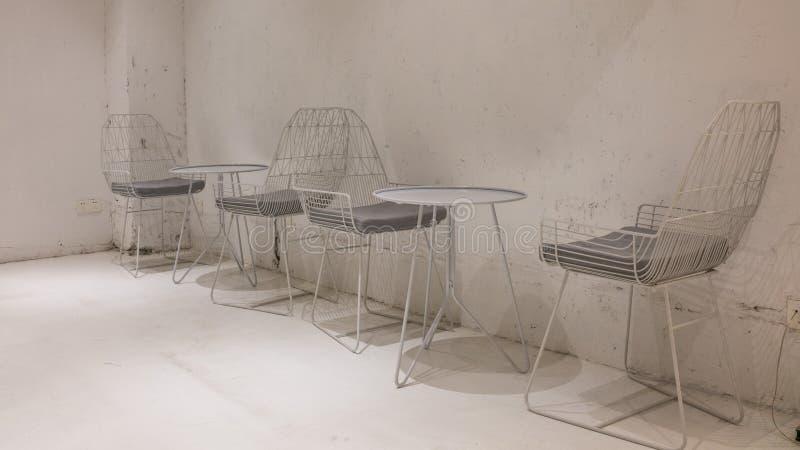 Chaises et tables en acier simples dans le coin photo stock