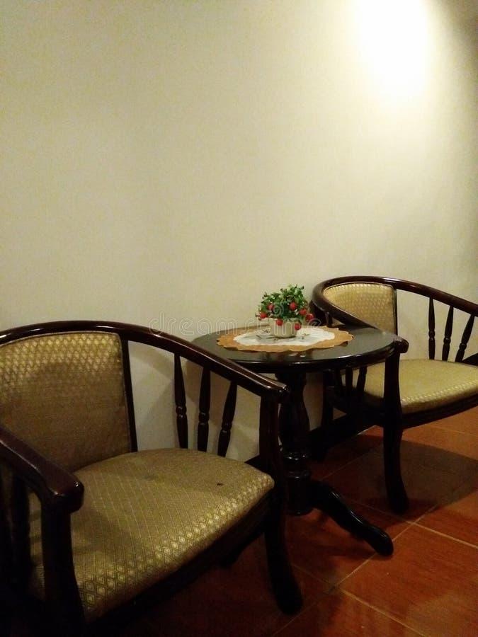 Chaises et une table latérale image libre de droits