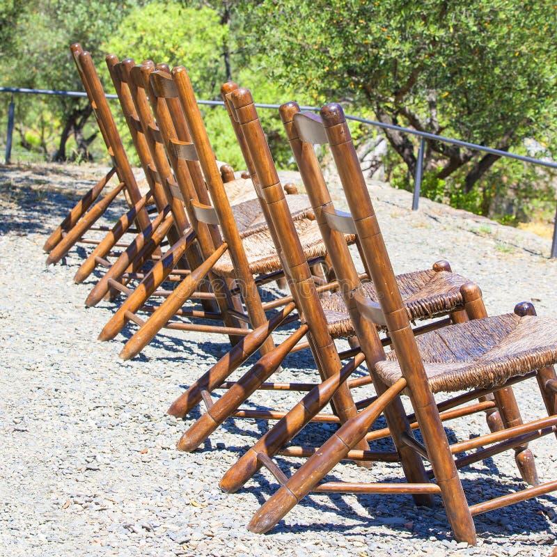 Chaises longues dans le jardin image stock