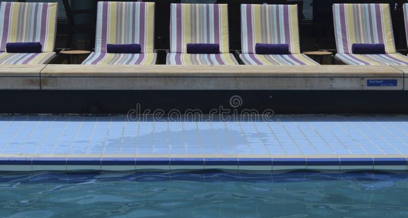 Chaises longues de Poolside photo stock