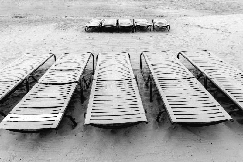 Chaises longues en noir et blanc photographie stock libre de droits