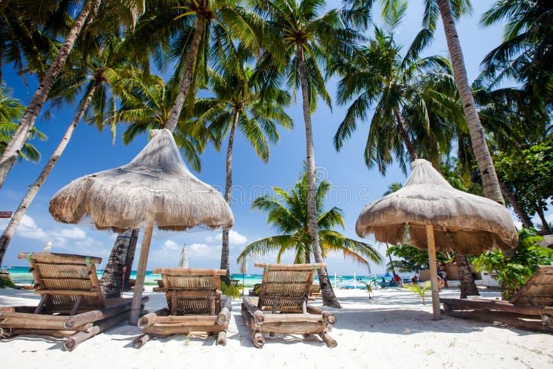 Chaises longues et hamac à la plage sur l'île de Boracay, P photographie stock