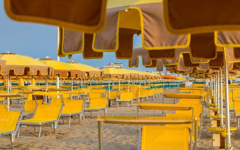Download Chaises Longues Et Parapluies Sur Une Plage Image stock - Image du sable, sunbathing: 77153311