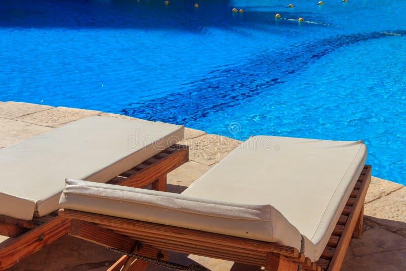 Chaises longues près de piscine Concept de station thermale, repos, relaxation, vacances, station de vacances photos stock