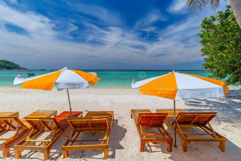 Chaises, parapluie et paumes de plage sur la belle plage pour des vacances et la relaxation ? l'?le de Koh Lipe, Tha?lande image libre de droits