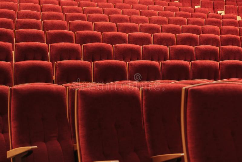 Chaises rouges dans l'amphithéâtre au concert photos libres de droits