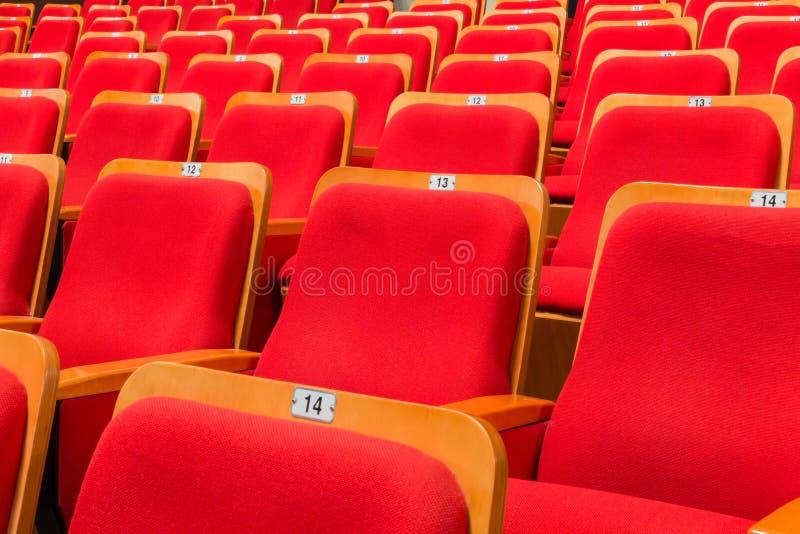 Chaises rouges dans l'amphithéâtre du théâtre ou de la salle de concert photographie stock