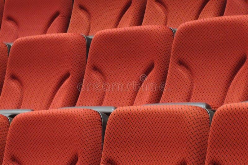 Chaises rouges dans le hall de cinéma photo stock