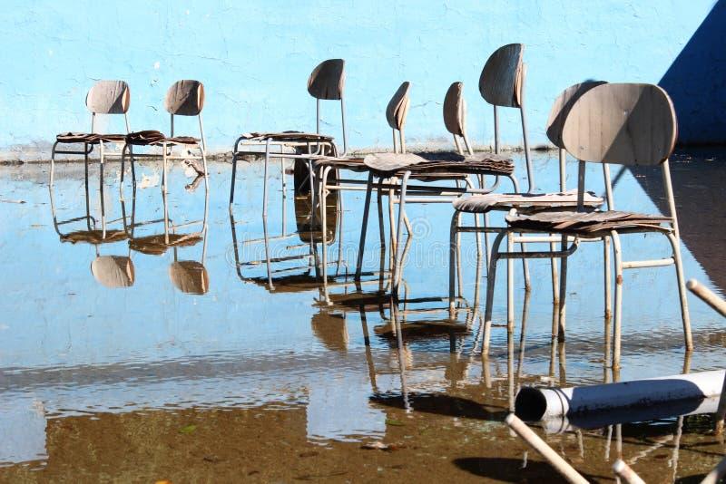 Chaises surréalistes dans la vieille piscine abandonnée photo stock