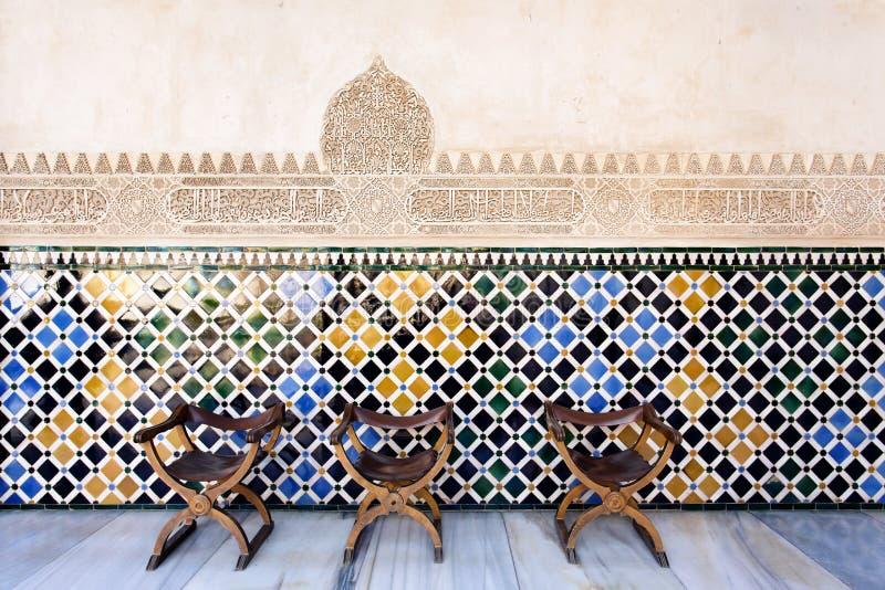 Chaises traditionnelles de vintage dans la cour des myrtes, Alhambra photo libre de droits