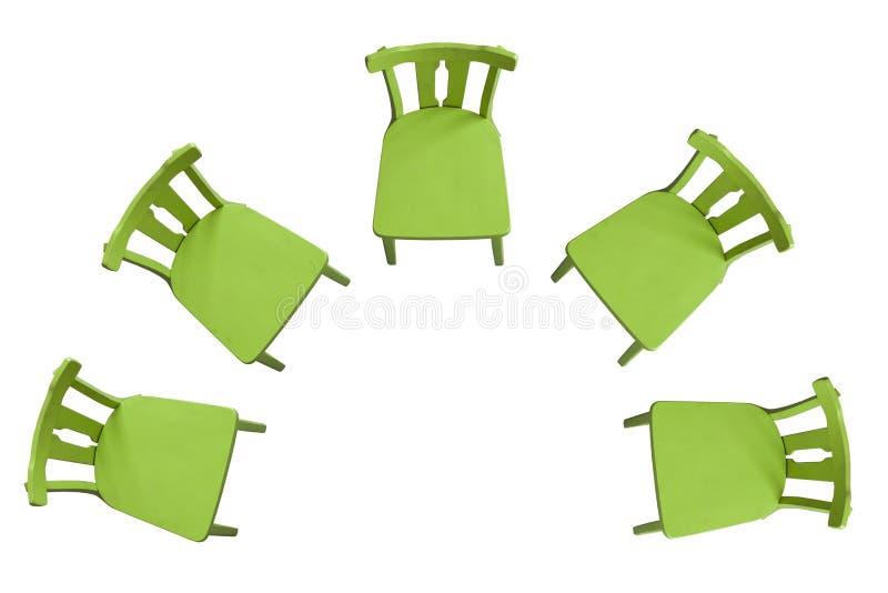 Chaises vertes se tenant sur un fond blanc dans un demi-cercle images libres de droits