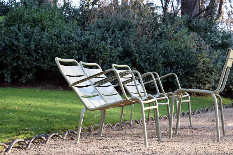 Chaises vertes vides en parc photos stock