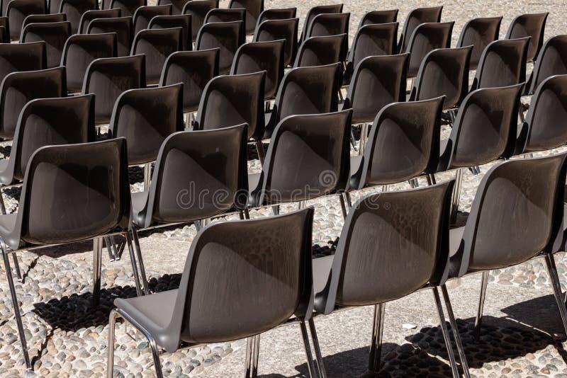 Chaises vides dans une rangée photo libre de droits