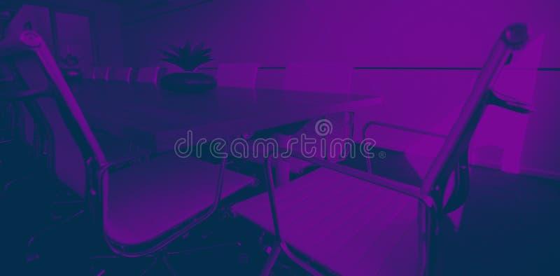 Chaises vides par la table de conférence au bureau illustration stock