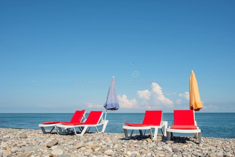 Chaisevardagsrum på stranden royaltyfria bilder