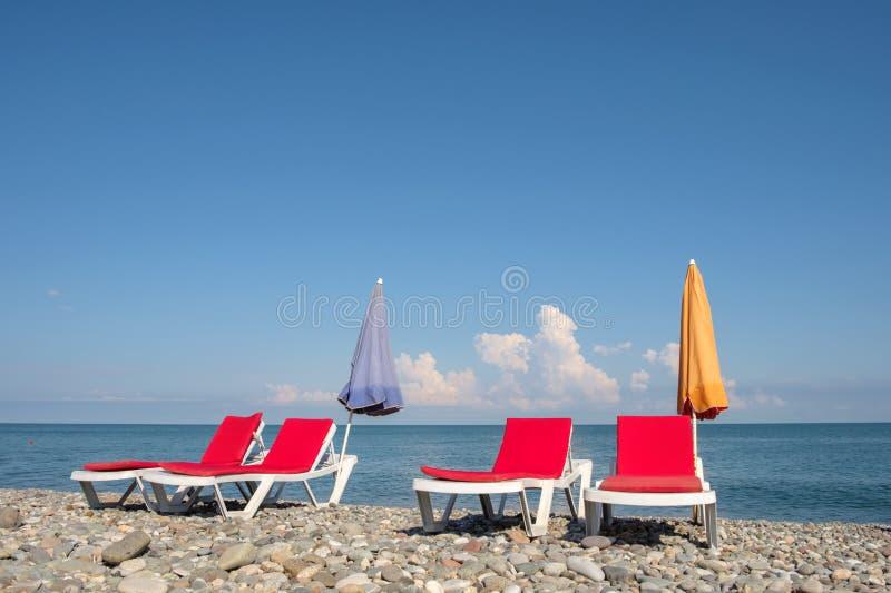 Chaisevardagsrum p? stranden arkivfoton