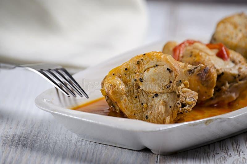 Chakhokhbili, plato georgiano tradicional del pollo, del tomate y de la pimienta guisados con las hierbas frescas en el fondo de  foto de archivo
