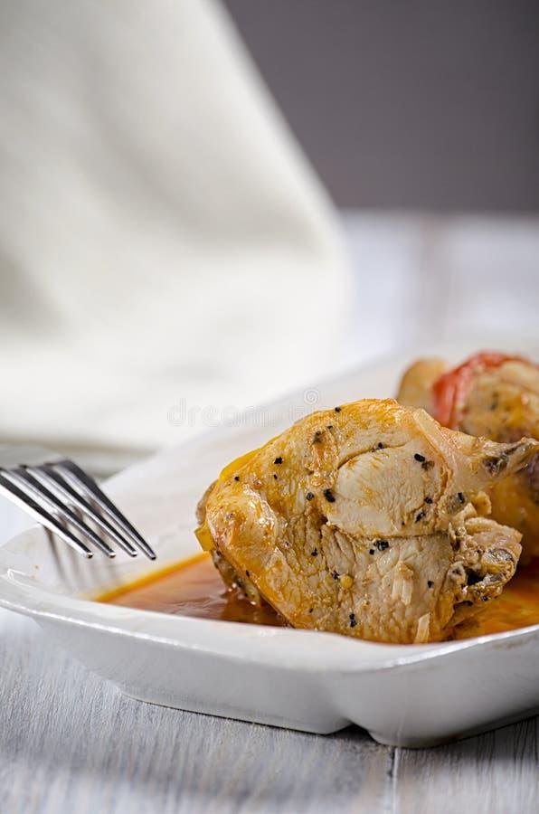 Chakhokhbili, plato georgiano tradicional del pollo, del tomate y de la pimienta guisados con las hierbas frescas en el fondo de  fotografía de archivo libre de regalías