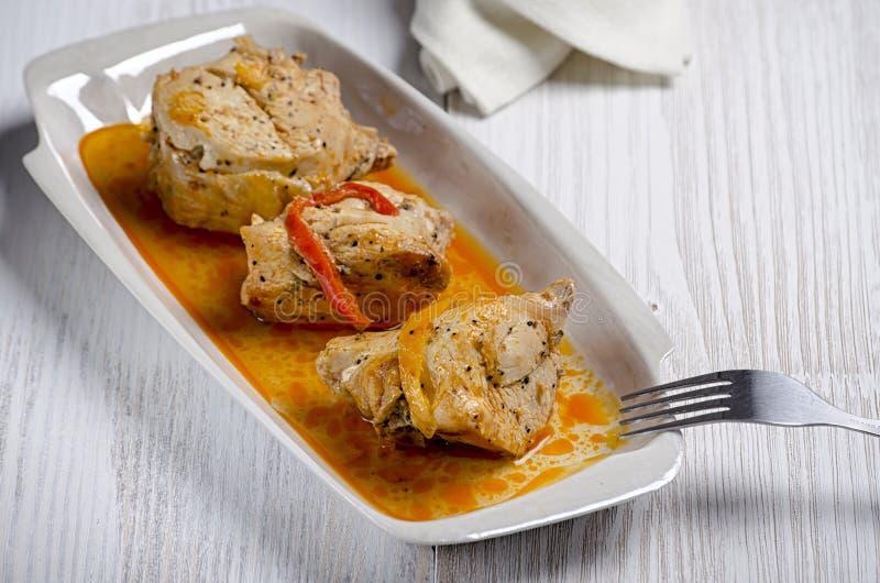 Chakhokhbili, plato georgiano tradicional del pollo, del tomate y de la pimienta guisados con las hierbas frescas en fondo de mad fotos de archivo