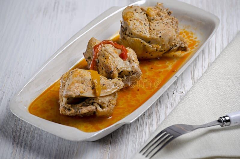 Chakhokhbili, plato georgiano tradicional del pollo, del tomate y de la pimienta guisados con las hierbas frescas en fondo de mad imagen de archivo libre de regalías