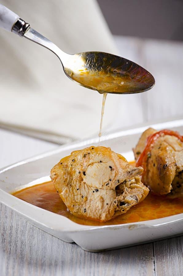 Chakhokhbili, prato Georgian tradicional da galinha cozido, do tomate e da pimenta com as ervas frescas no fundo de madeira, tiro fotografia de stock royalty free