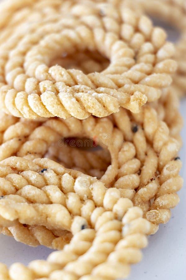 Chakli of van Murukku populair vegetarisch snack Zuid-India De spiraal vormde kernachtige gefrituurde snack Sluit omhoog Selectie royalty-vrije stock foto's