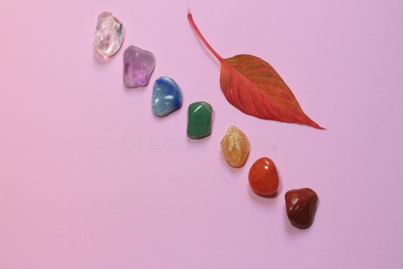 Chakra het helen stenen op roze millennial achtergrond stock foto's