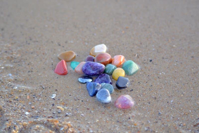 Chakra kamienie na mokrym piasku obrazy stock