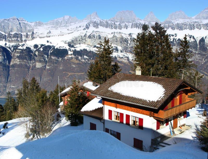 Chalé alpino do inverno, Switzerland fotografia de stock