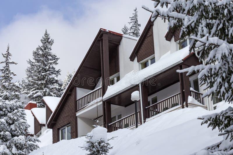 Chalé coberto de neve na montanha de Carpathians imagens de stock royalty free
