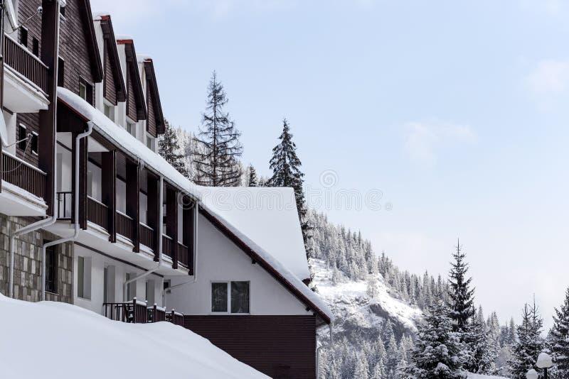 Chalé coberto de neve na montanha de Carpathians foto de stock royalty free