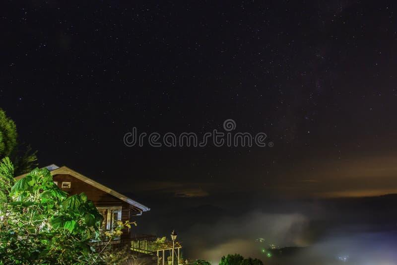 Chalé contra céus noturnos fotografia de stock