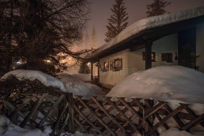 Chalé da montanha em cumes do inverno na noite imagens de stock royalty free