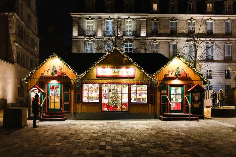 Chalé da tenda do mercado do Natal em Strasbourg central na noite imagens de stock royalty free